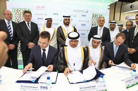 Dr. Leonhard Birnbaum Vorstandsmitglied RWE AG, H.E. Saeed Mohammed Al Tayer CEO DEWA, Waleed Salman EVP strategy & business development und Dr. Michael Fübi CEO RWE Technology beim unterzeichnen des Vertrages in Dubai