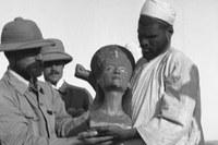 Ausgrabung der Büste der Nofretete in Tell el-Amarna/Ägypten -Quelle: Universitätsarchiv / Prinz Johann Georg von Sachsen