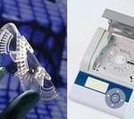 Die Foliendisk (links) wird zur vollautomatisierten Blutanalyse in ein Point-of-Care-Gerät eingelegt (rechts) / Quelle: IMTEK/Bernd Müller