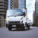 """Kooperation von Fuso und Nissan bei Leicht-Lkw besiegelt: Daimler baut Portfolio in Japan aus - Nachdem sich die japanische Nutzfahrzeugtochter von Daimler und die Nissan Motor Co., Ltd. im Juni auf ein Memorandum of Understanding geeinigt haben, unterzeichneten die Partner heute den Vertrag für die langfristige Kooperation zur gegenseitigen Belieferung von Leicht-Lkw in Japan. So wird der neue """"Fuso Canter Guts"""" ab Januar 2013 die Canter-Produktpalette um einen wendigen Leicht-Lkw erweitern. Fotonummer: 12C1255 Dateigröße: 0,29 MB Dateigröße, niedrig: 0,027 MB Datum: 08.11.2012"""