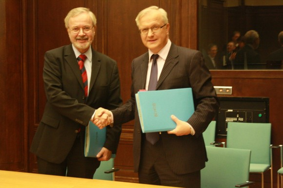 EU-EIB Project Bond Initiative launched with start of pilot phase Mr Werner Hoyer, President of the EIB and European Commission Vice President Mr Olli Rehn Bruxelles 07/11/2012