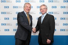 Rolf Mähliß, Vorstandsmitglied der DKB, (links) und Wilhelm Molter, Vizepräsident der EIB, bei der Vertragsunterzeichnung in der DKB-Zentrale in Berlin.