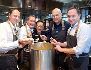 Kim kocht für FlüchtlingeMERKUR übergibt Spende an Ute Bocks Flüchtlingsprojekt in Favoriten