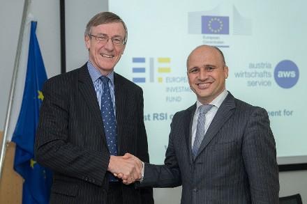 v.l.n.r.: Richard Pelly, Chief Executive des European Investment Fund mit aws-Geschäftsführer Bernhard Sagmeister in Wien // Fotocredit: AWS/APA-Fotoservice/Hinterramskogler