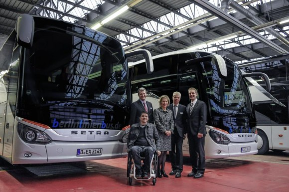 "Group photo with one of the new S 516 HDs for ""berlinlinienbus.de"" (blb). From the left: Mr Kuckuk, who made himself available for the presentation of the handicapped lift, blb general manager Karsten Schulze, Ellen Engel-Kuhn, head of the PR department at DB for matters pertaining to the handicapped, blb general manager Jörg Schaube and Heinz Friedrich, sales manager Germany at Setra Buses & Coaches"