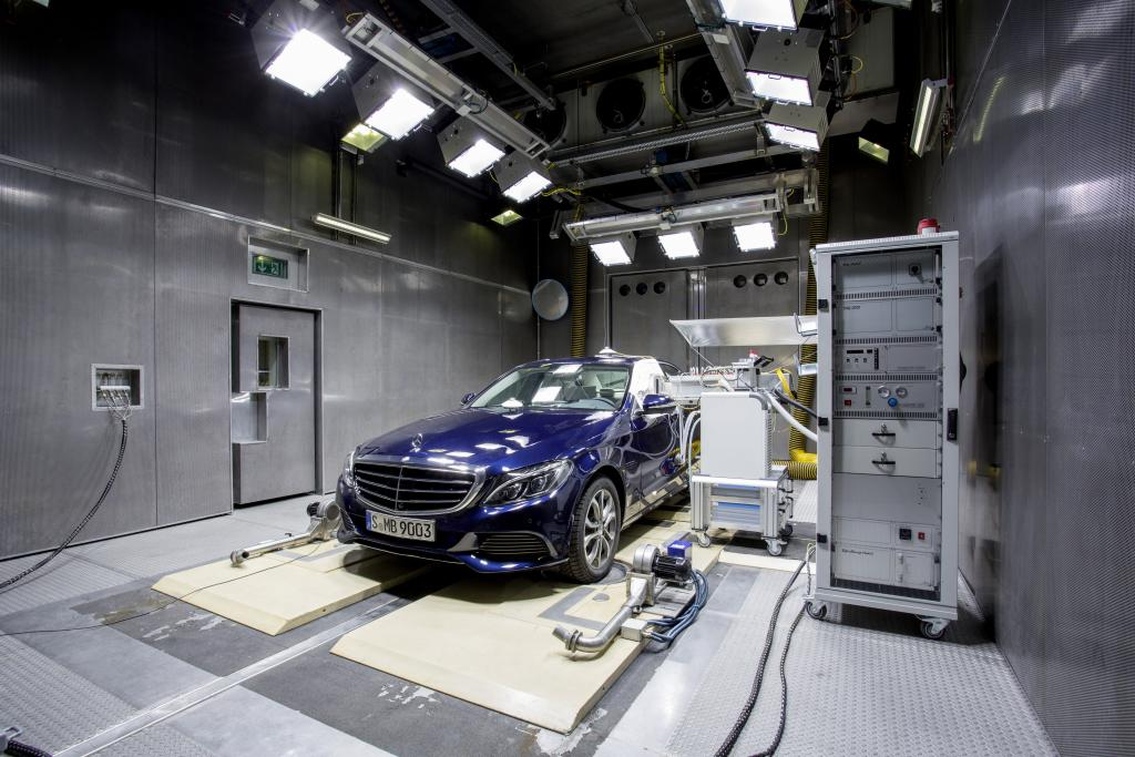 Mercedes-Benz has been awarded the Seal of Quality of the European Centre for Allergy Research Foundation (ECARF) for the C-Class. Interior readings are carried out in the laboratory.