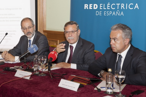 From left to right, Carlos Collantes, General Manager of Transmission Division, José Folgado, Chairman, and Andrés Seco, General Manager of System Operation Division during Red Eléctrica's press conference in the Canary Islands.