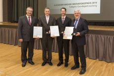 WACKER Executive Board member, Auguste Willems, with this year's winners of the Alexander Wacker Innovation Award: (from left to right) Dr. Carsten Born-hövd, Dr. Tobias Daßler and Dr. Günter Wich.