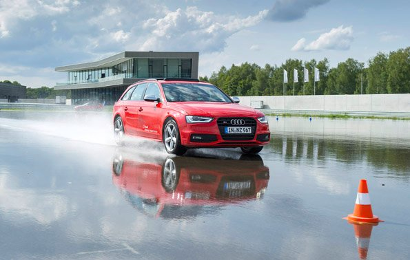 With the wide range of driving training offered by Audi driving experience, customers can directly experience the Audi models at the new site in Neuburg an der Donau. One highlight is driving on the so-called driving dynamics area, which can be sprayed with water; in the background the customer building.