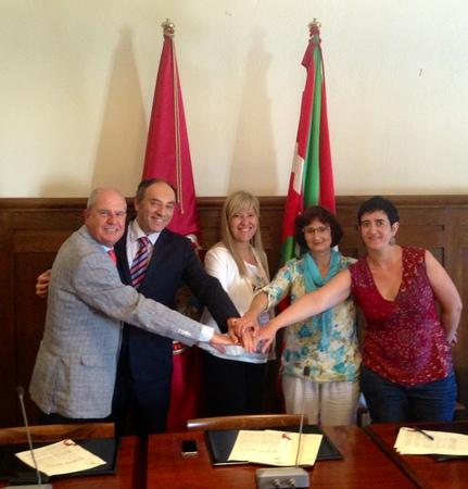 El Ayuntamiento de Elorrio, Fundación EROSKI y la Asociación Kainabera firman un convenio para colaborar con el programa del banco de alimentos