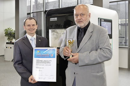 """Gold medal for the Freeformer at the MSV trade fair: Jaroslav Novak (right) and Dr. Daniel Orel from Arburg Czech Republic with the """"Best Innovative Exhibit"""" award. Photo: ARBURG"""