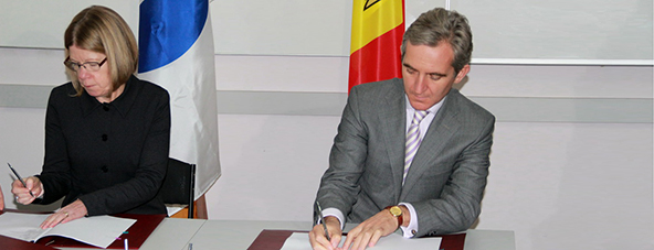 EBRD Deputy Director for MEI Lin O'Grady and Moldovan PM Iurie Leanca at a signing ceremony in Balti