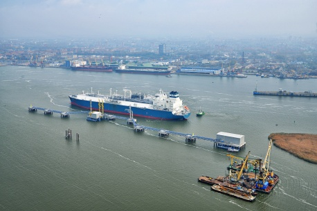 The LNG tanker Independence, a floating factory for converting liquefied natural gas into a burnable variety, moored on the Klaipedos LNG terminal on 27 October 2014. Photo: Kestutis Fedirka