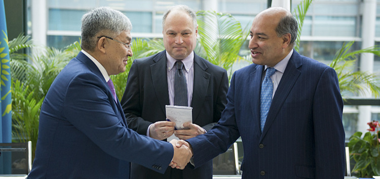 EBRD President Suma Chakrabarti and the Akim of Kyzylorda Oblast, Krymbek Kusherbayev at the signing ceremony