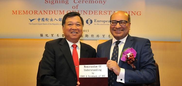 EBRD President Suma Chakrabarti and Chairman of Eximbank Robert Rueen-Fong Chu at the signing ceremony