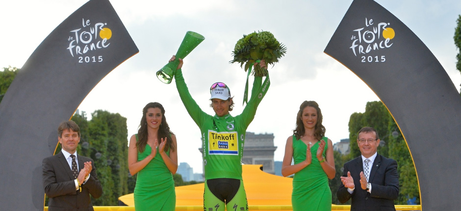 ŠKODA: Christopher Froome wins the Tour de France 2015; Czech-crystal victory trophies designed by ŠKODA given to winners