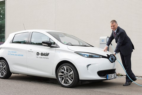 100 charging points for BASF: Dr Friedrich Seitz, plant manager at BASF in Ludwigshafen, charges one of the new electric company vehicles at an RWE charging column.