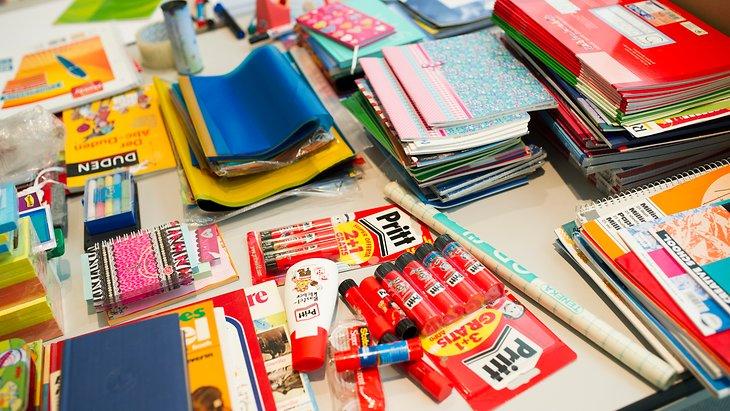 Henkel-Mitarbeiter spendeten Tornister, Hefte, Stifte und andere Schulmaterialien, die an vier gemeinnützige Organisationen verteilt werden.