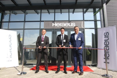 Ribbon Cutting: (from left) Samuel Cires, General Manager Heraeus Romania, Dr. Frank Stietz, President Heraeus Electronics and Iosif-Ionel Toma, Mayor of Giroc (Source: Heraeus)