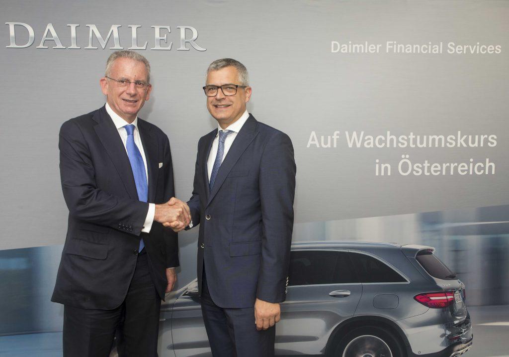 Mit dem Start der Mercedes-Benz Bank GmbH bietet Daimler erstmals Autokredite in Österreich an. Die Welcome Bank der Wiesenthal Autohandels AG wurde zur Mercedes-Benz Bank umfirmiert. Franz Reiner, Vorstand von Daimler Financial Services, und Dr. Alexander Martinowsky, Vorstand Wiesenthal Autohandels AG (von recht/links).
