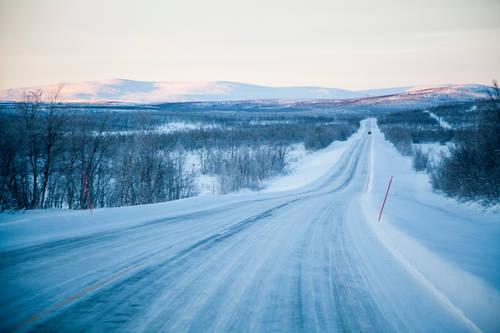 Maantie Käsivarren Lapissa Enontekiöllä.     A country road in Western Lapland in Enontekiö.