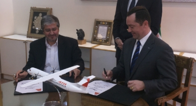 On the left, Mr. Farhad Parvaresh, Chairman and member of the Board of Iran Air; on the right Mr. Patrick de Castelbajac, Chief Executive Officer of ATR © ATR