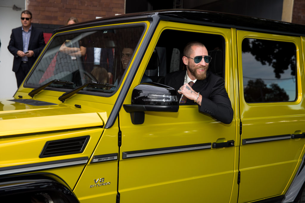 Justin O´Shea auf dem Weg zur Eröffnung der Mercedes-Benz Fashion Week Australia in seinem Mercedes AMG G 63 in Solarbeam-Lackierung // Justin O´Shea on the way to the opening of the Mercedes Benz Fashion Week Australia sitting in his solar beam yellow Mercedes AMG G 63