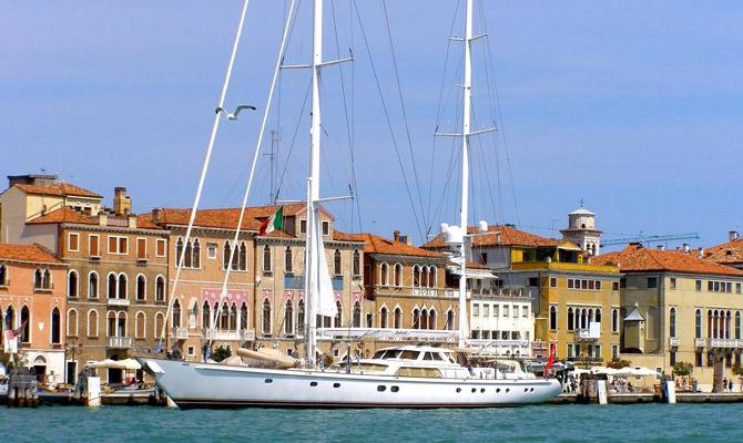 Inmarsat-approved Fleet Xpress hardware installed on Ron Holland-designed superyacht Juliet