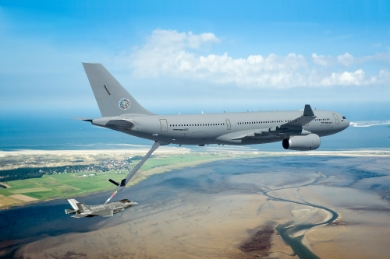 A330 MRTT refuelling an F-35 fighter