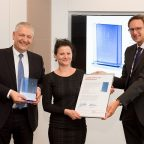 Prof. Dr. Thomas Müller-Kirschbaum (left), Head of Global Research and Development in the Laundry & Home Care business unit, and Dr. Michael Dreja, Head of Global Research at Laundry & Home Care, present the Laundry & Home Care Research Award 2016 to Dr. Kristin Ganske.