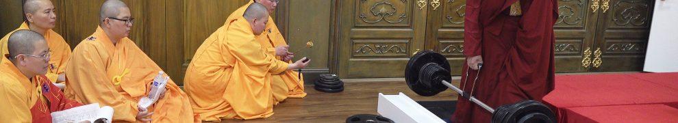 Kaichu Jiaozun, un saint gourou bouddhiste âgé de 88 ans, dont le poids corporel se situe entre 80 et 85 kg, a soulevé un pilon Vajra de 90 kg sur la plate-forme avec la main droite