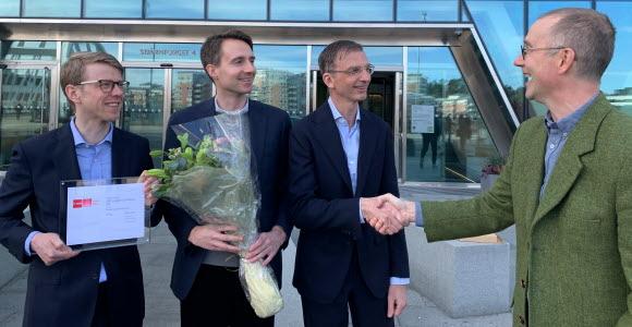 SEB-Kristofer Antonsson, Daniel Klint and Per Trygg receive the award from Jonas Lindmark, Morningstar
